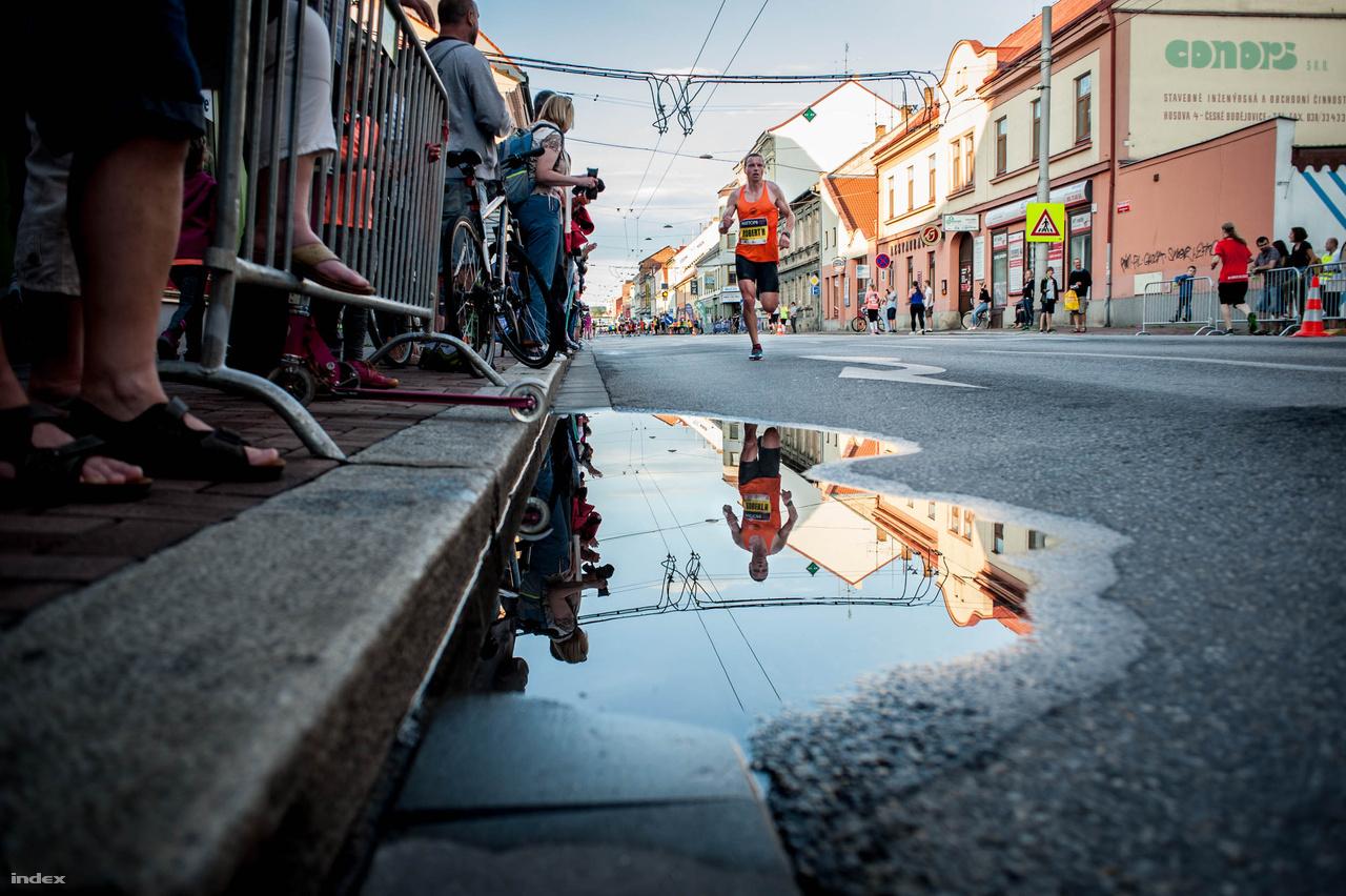 """""""Általában valami dal megy a fejemben, de igazából ilyenkor csak a kilométerjelzőkre gondolok, és arra, hogy minél kevesebb energiát veszítsek"""" - nyugtatott meg a futás közbeni üres fejjel kapcsolatban a verseny győztese. Luke Traynor a verseny után másnap lenyomott 18 kilométert a folyóparton, városnézés gyanánt. A 27 éves sportoló eddig még nem járt Csehországban, de ő is nagyon elégedett volt a verseny megszervezésével és a szurkolók által megteremtett hangulattal."""
