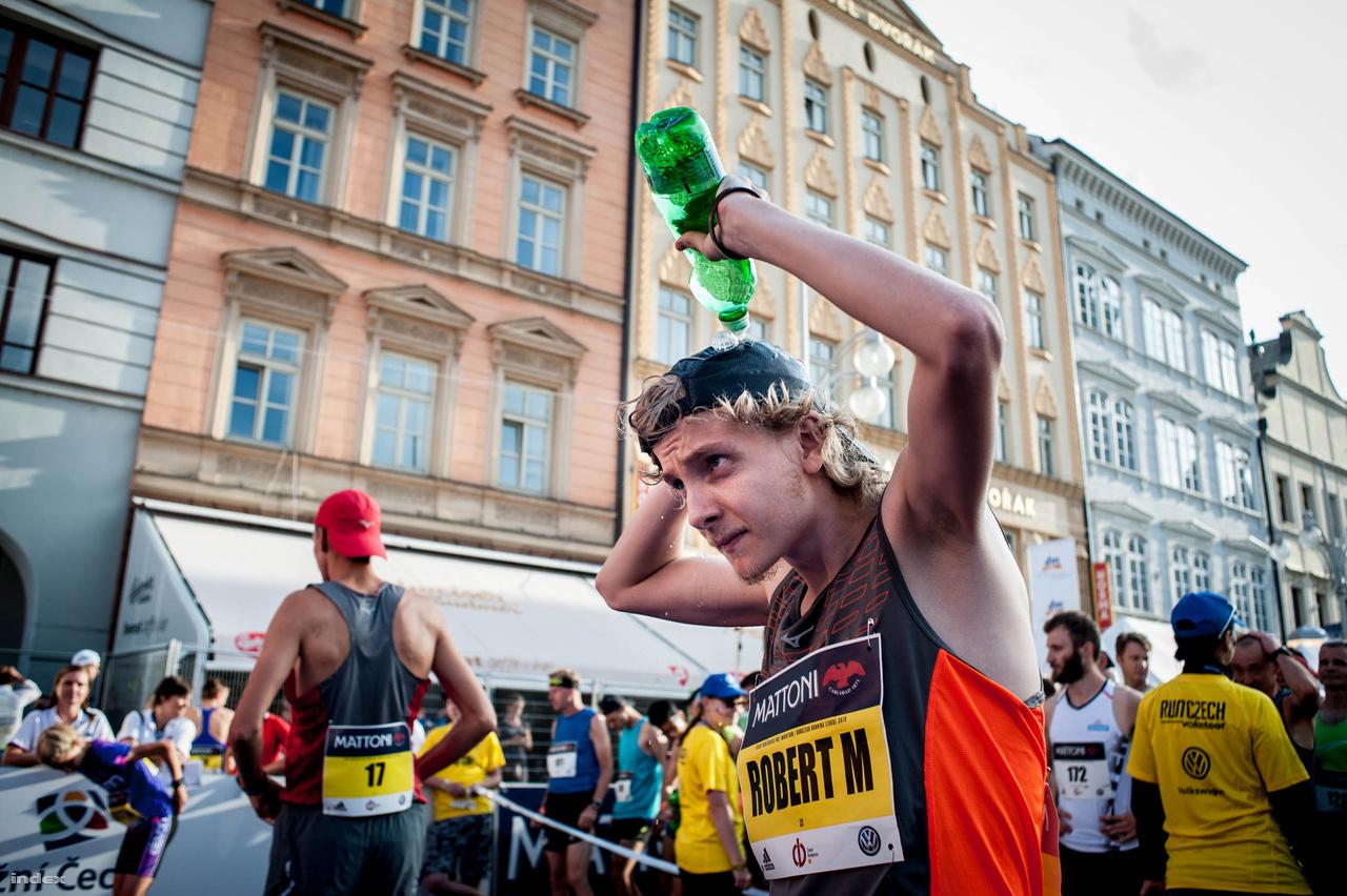 České Budějovicében a pályacsúcs egy óra alatt van, a kenyai Daniel Chebii tartja 59:49-cel, de az már a rajt előtt elég nyilvánvaló volt, hogy nincs veszélyben a rekordja. Idén egyáltalán nem hívtak afrikai futókat, éppen a Euro Hero (Európai hős) program a fontosabb. Az afrikaiak által uralt hosszútávfutást tudatosan próbálják átpozicionálni azzal, hogy csak európaiakat versenyeztetnek egymással. Persze ehhez egyszerűbb volna világklasszis időket futniuk, mint protekciós körülmények között nyerniük, de hátha egy ilyen siker ad nekik majd nagy lökést. Most a brit Luke Traynor és a moldovai Lilia Fisikovici nevét tanulhatjuk meg.