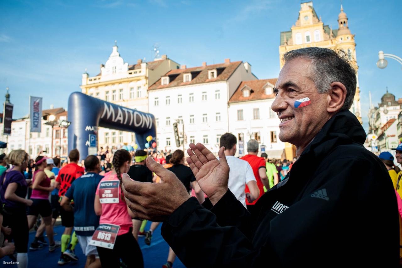 Ezért azt találta ki, hogy ha futók nem jöhetnek Prágába, ő megy el hozzájuk. Így szervezett félmaratont Ústi nad Labemben, Karlovy Varyban, Olomoucban és České Budějovicében is. Nyilván üzletileg is sikeres a modell, de valahol logikus is a regionális rendszer.