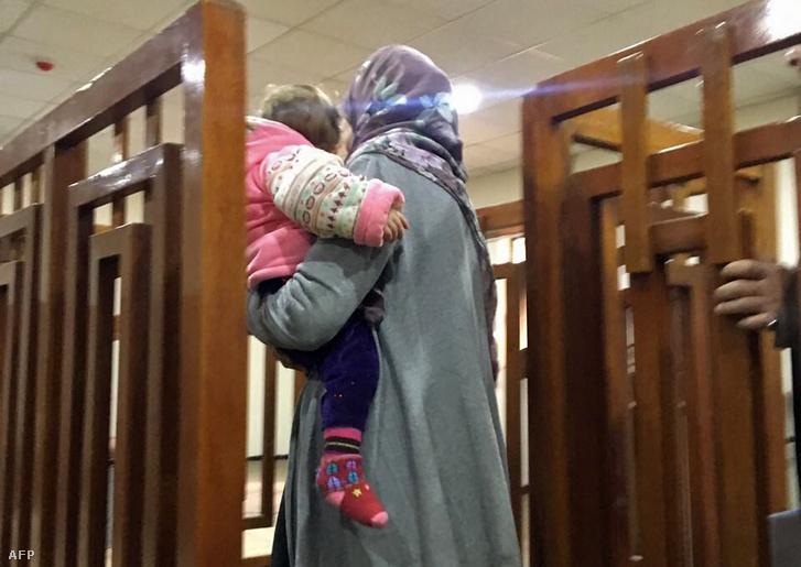 Februári kép arról, ahogy Melina Boughedir megérkezik a bagdadi bíróságra.
