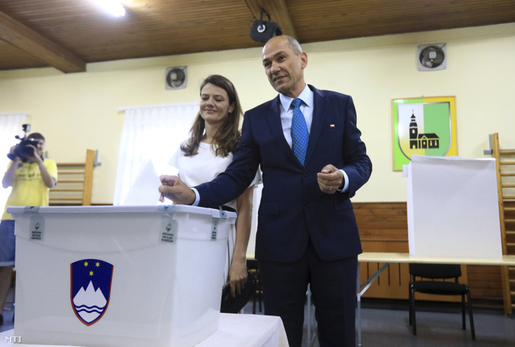 Janez Jansa volt miniszterelnök, az ellenzéki jobboldali Szlovén Demokrata Párt (SDS) elnöke a felesége, Urska Bacovnik Jansa társaságában szavaz a szlovén előrehozott parlamenti választásokon Ljubljanában 2018. június 3-án.