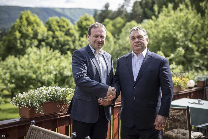 Orbán Viktor miniszterelnök (j) és a Muravidéki Magyar Önkormányzati Nemzeti Közösség elnöke, Horváth Ferenc Mariborban 2017. május 20-án.