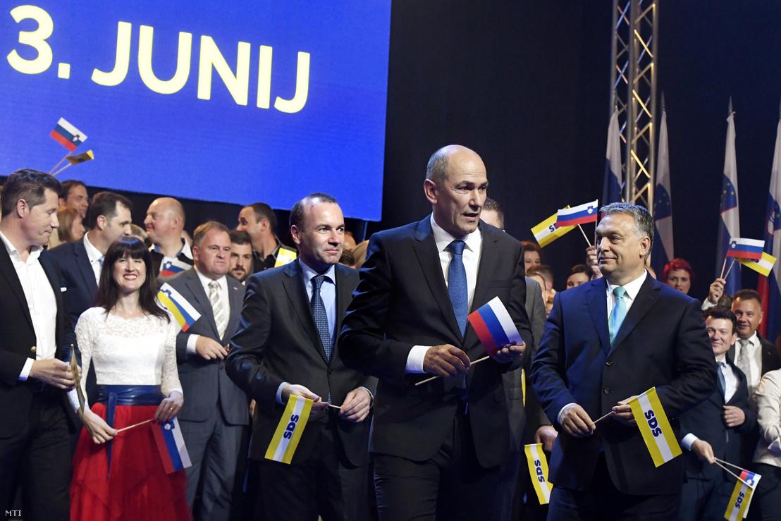 Manfred Weber, az Európai Néppárt (EPP) frakcióvezetője (j3), Janez Jansa, a Szlovén Demokrata Párt (SDS) elnöke (j2) és Orbán Viktor miniszterelnök (j) az SDS kampányrendezvényén Celjén, a Golovec csarnokban 2018. május 11-én.