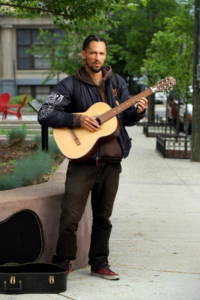 Csakhogy Berkery nem grandiózus showműsorokban lép fel, hanem utcazenész, a megélhetéséért énekel-gitározik.