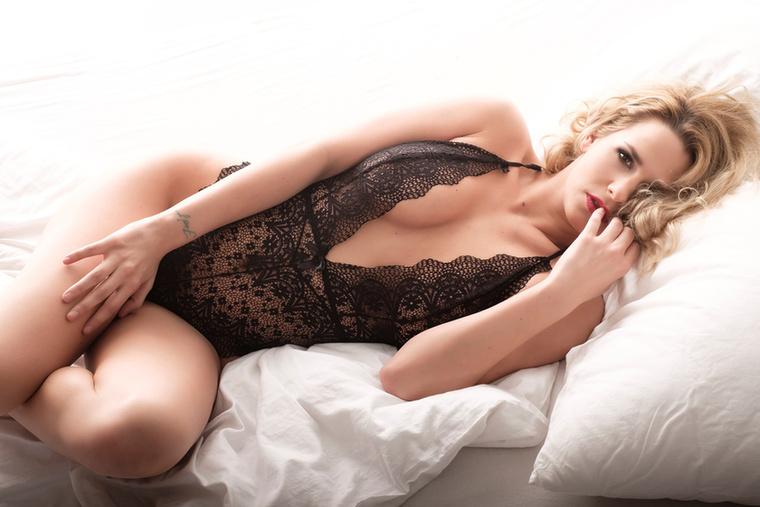 A célja az volt, hogy a fotókon a nőies idomok mellé nőies lelkület is társuljon.