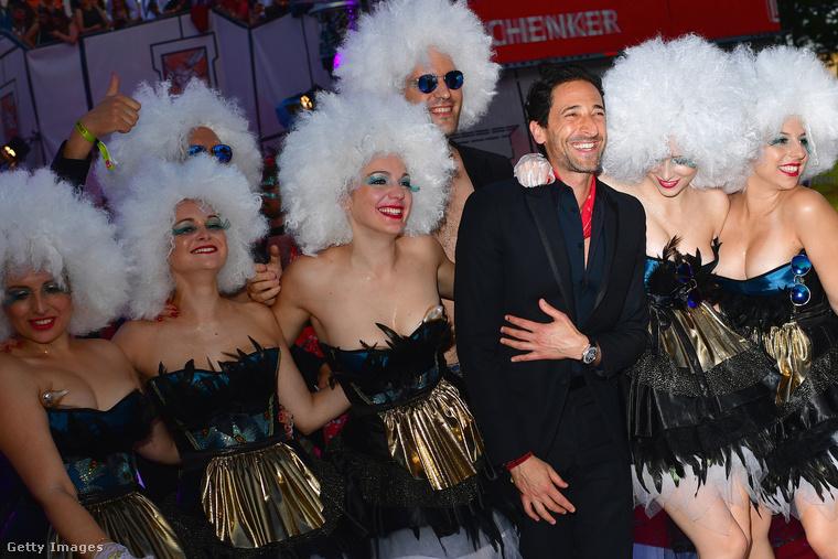 Adrien Brody egyébként ennyire jól szórakozott a Life Ballon parókás hölgyek társaságában.