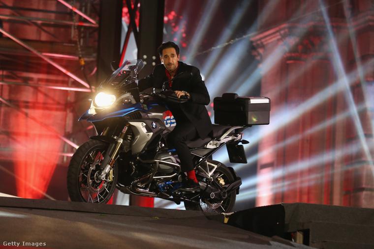 Idén például Adrien Brody Oscar-díjas színész motorozott egyet a színpadon.