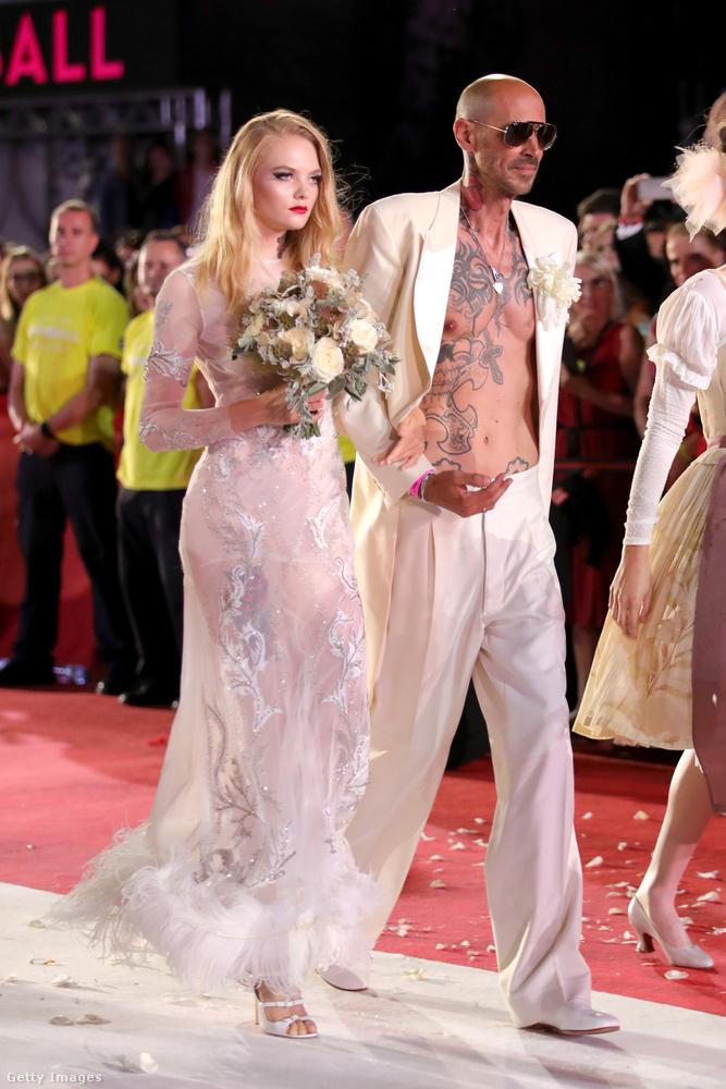 Láttunk már pár elég durva esküvői ruhát idén, de ez se semmi.