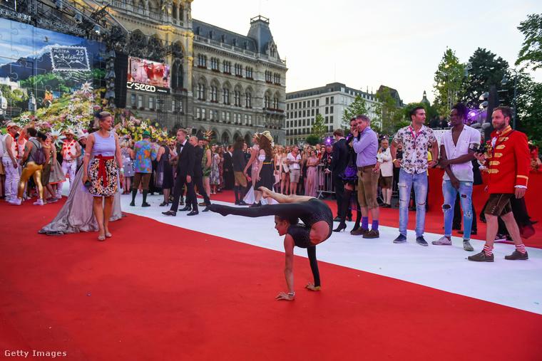 Minden évben van egy Life Ball nevű gála Bécsben, amivel az AIDS-kutatás javára gyűjtenek pénzt