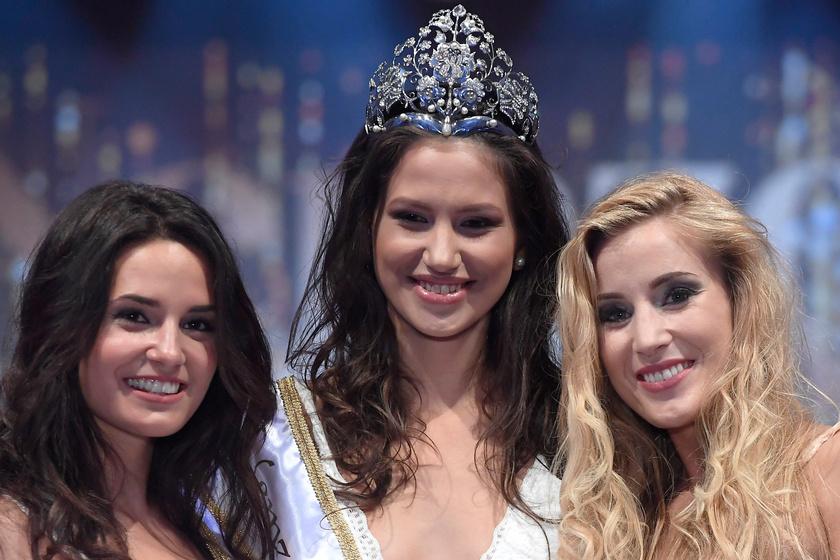 Fenesi Krisztina bal oldalán ez első udvarhölgye, Kálvári Múzsa, a jobbján a második, Stankovics Beáta.
