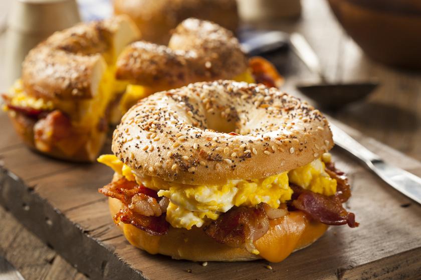 Egy finom rántottás szendvics a nap bármely szakában jól jöhet. Sült sonkaszeletekkel, hagymával a legfinomabb.