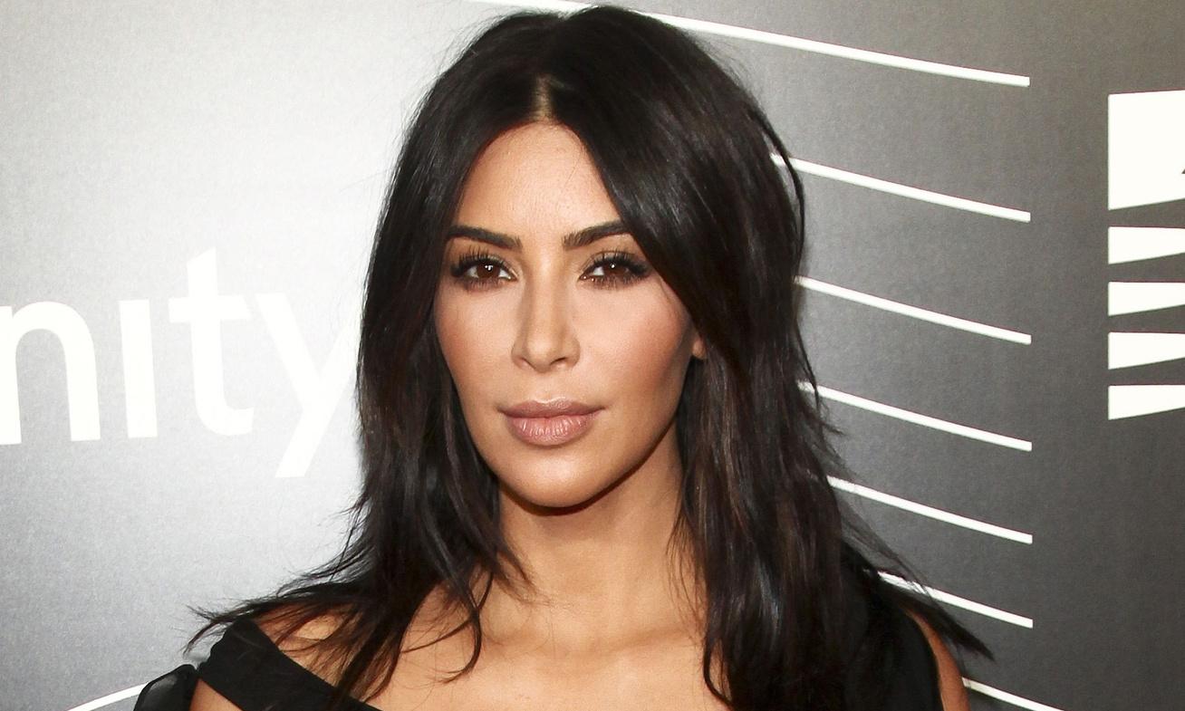 kim-kardashian-atlatszo-ruha-cover