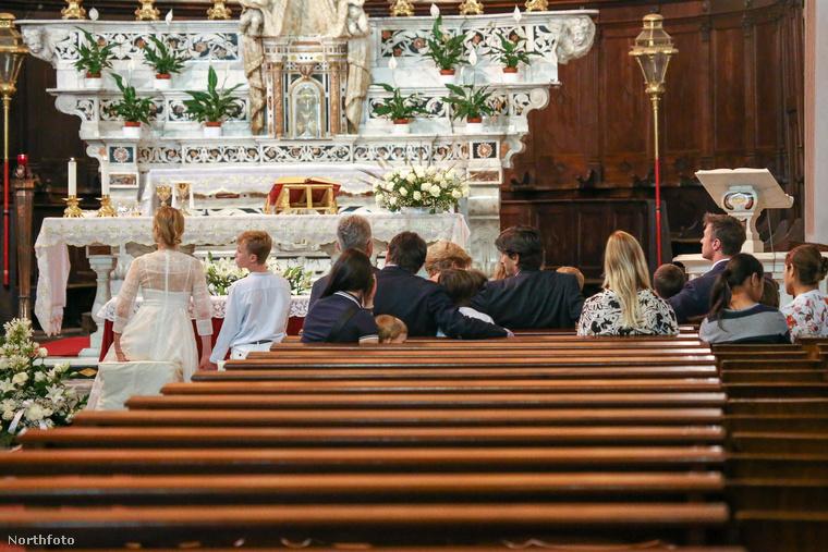 Az elsőáldozási és keresztelkedési ceremónia vasárnap volt, tegnapra esett idén a Corpus Christi nevű ünnep, amit Magyarországon Úrnapjaként szoktak emlegetni, és amit néhány helyen a pünkösd utáni második csütörtökön szokás ünnepelni, de például Magyarországon és Olaszországban a rákövetkező vasárnapra tették át az Úrnapját.