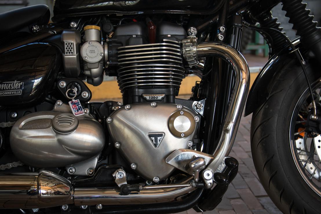 Oldalról hibátlan, ennyire szép blokkot legfeljebb a Harley gyárt