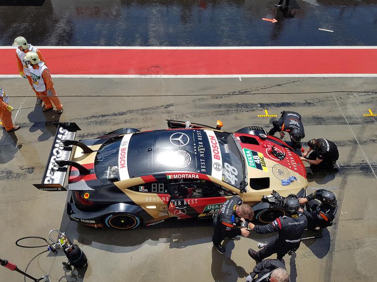 Edoardo Mortara autóját rakják helyre a bokszutcai drámát követően