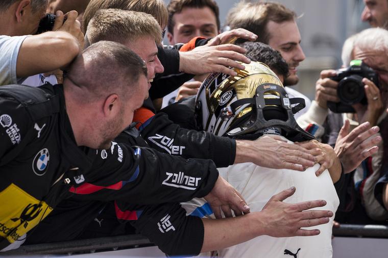 Így örültek Timo Glock hihetetlen teljesítményének a csapattagok, közvetlenül a leintés után.