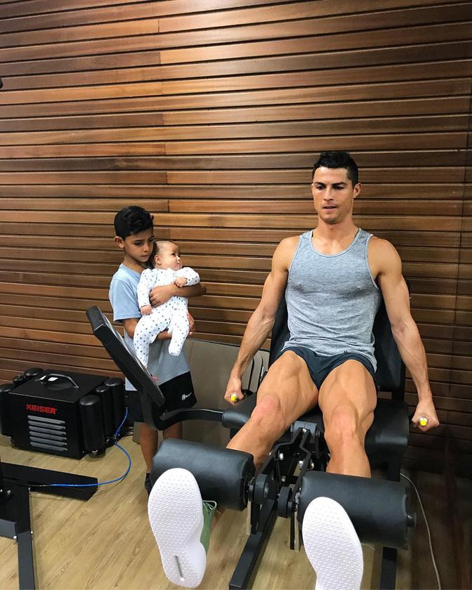 Hatodik tény:Cristiano Ronaldónak 2010-ben született egy gyereke, a kis Cristiano Ronaldo dos Santos Junior