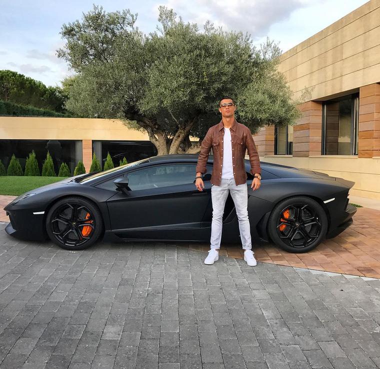Ötödik tény:Cristiano Ronaldót 129 millió ember követi az Instagramon, ahol a futballista olyan értékeket promótál, mint hogy például gazdagnak és jótestűnek lenni fantasztikus.
