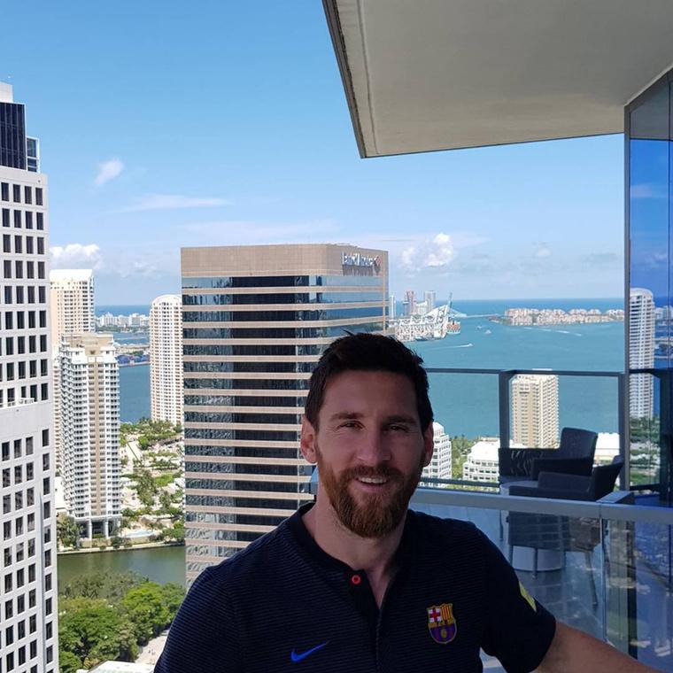 Ötödik tény:Messi egyébként is egy hallgatag figura, de amikor kiskamaszként átkerült Argentínából Spanyolországba, még visszahúzódóbb lett
