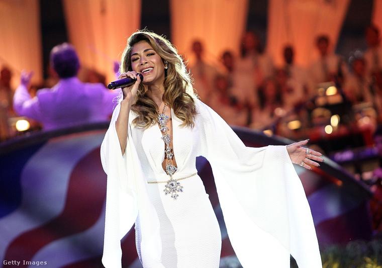 Nicole Scherzingert, született Nicole Elikolani Valiente Prescovia Scherzingert a Pussycat Dolls-ban ismerhette meg a közönség, de amióta a lánycsapat feloszlott, szólóban tevékenykedik