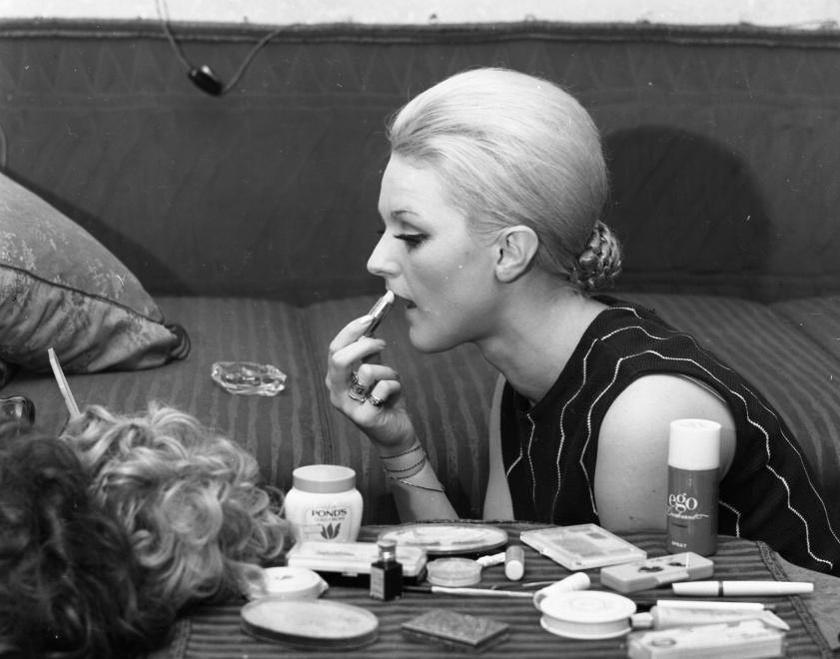 Bozzay Margit sminkel egy 1971-es felvételen.