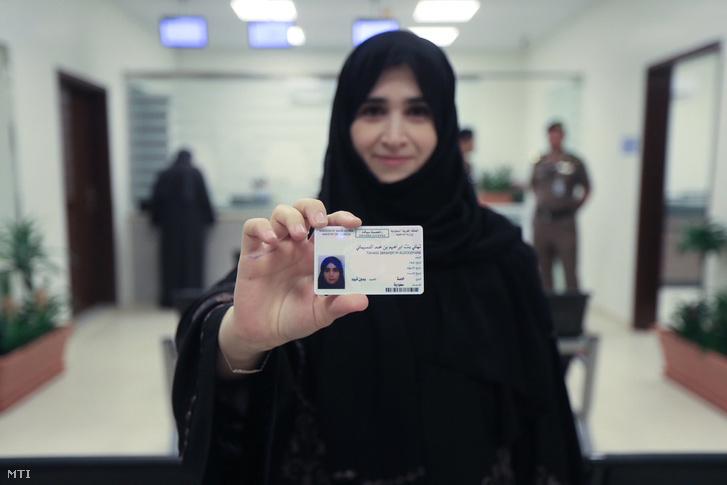 A Szaúdi Tájékoztatásügyi Minisztérium által közreadott képen Tahani al-Doszemáni, a Szattam bin Abdel-Azíz egyetem adjunktusa mutatja frissen szerzett jogosítványát Rijádban 2018. június 4-én.