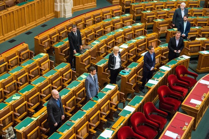 Hadházy Ákos a hátsó padsorban állva tette le a parlamenti esküt.