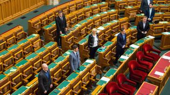 Az üres ülésteremben tette le parlamenti esküjét Hadházy Ákos