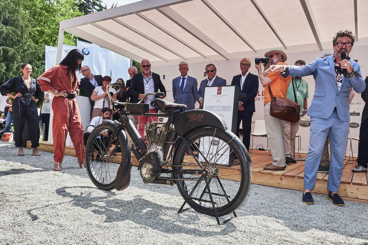 Ilyet még nem sokan láttak. A zsűri részéről Paul d'Orléans mutatja be a különdíjat nyert 1907-es Indian Twin-Cylindert. A száztíz éves patina az állás következménye. Állítólag sosem volt beindítva a gép!