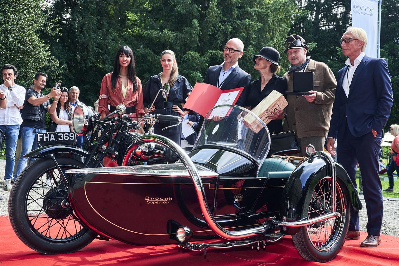A kalapos úr Daniel Kessler Svájcból. Motorja, az 1939-es évjáratú Brough Superior SS80 talán a legnagyobb tapsot kapta, a közönség és a zsűri teljes egyetértésben ünnepelt. Ha valami, akkor ez a csodálatos motor megérdemelte