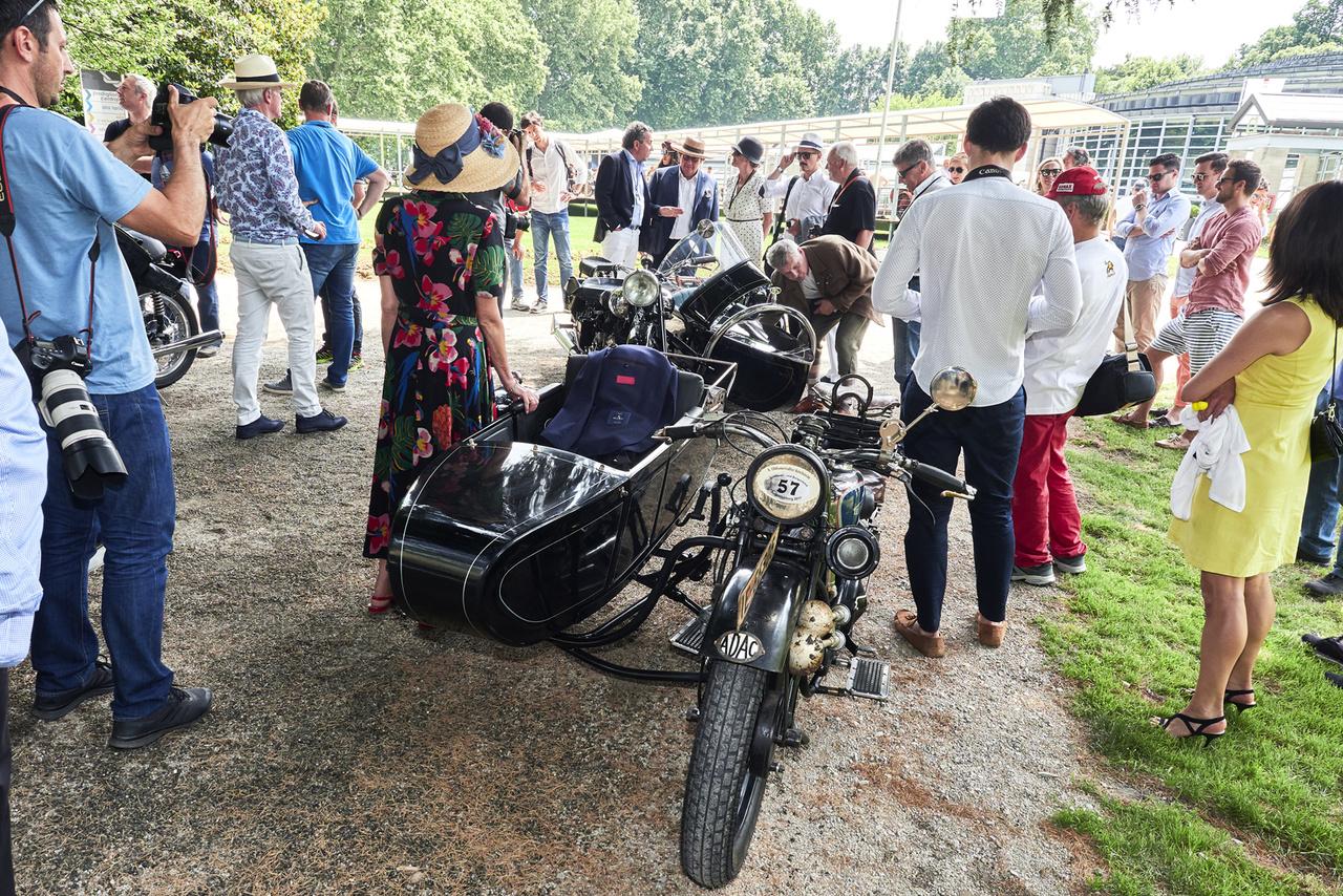 Triumph RR 750 (1930) indulás előtt. Ez a Motorcycle Run, amikor a Villa Erba kiállítóhelyéről a társaság egy része átmotorozik a Villa d'Estéhez, majd vissza. Rendesen húzzák a gázt, amit a forgalom enged, azt bevállalják
