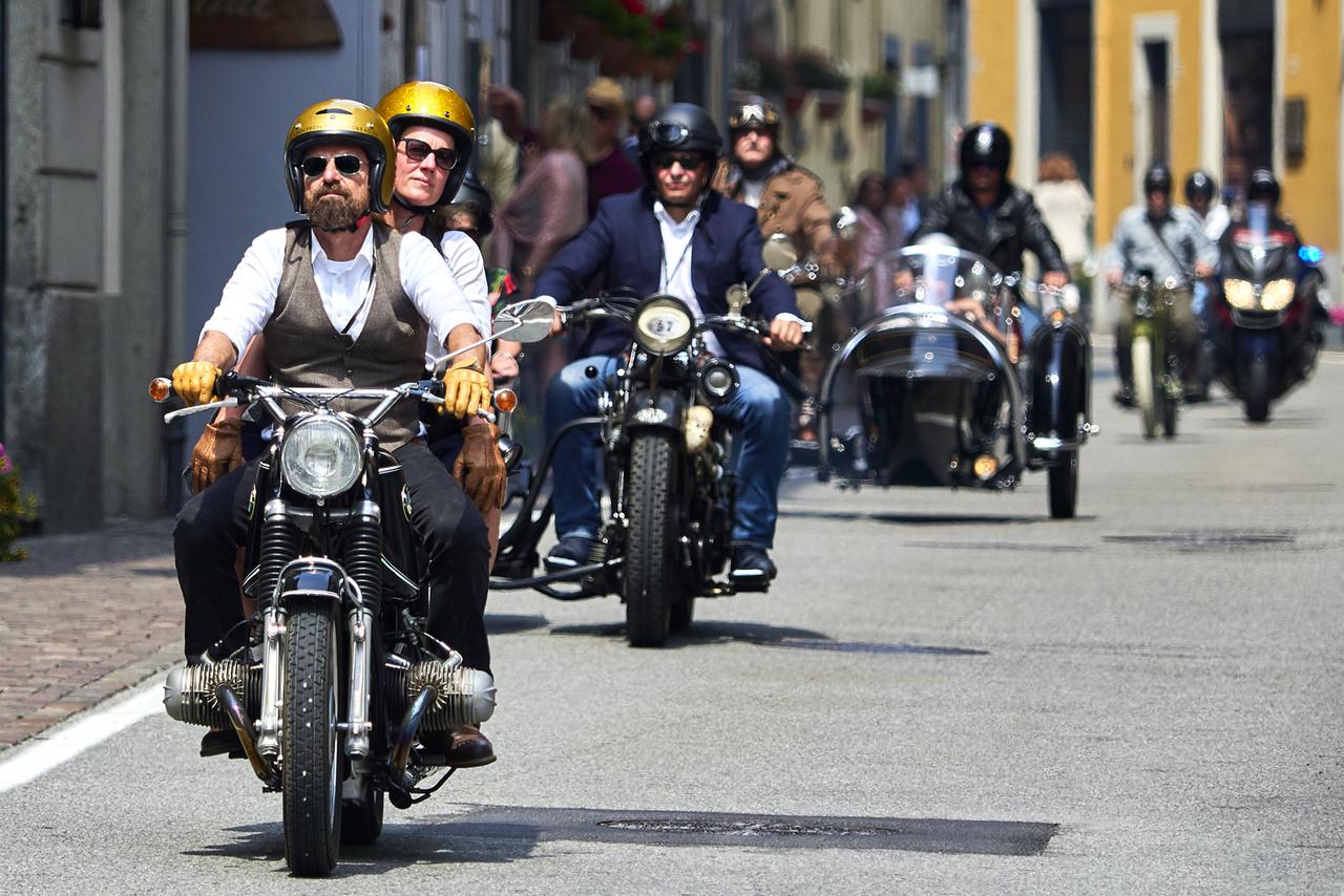 Motorcycle Run, visszafelé, elöl a BMW R 69 US, mögötte a Triumph, majd egy Brough Superior. Azon a környéken ilyentájt rengeteg a veterán jármű az utakon, de efféle különlegességeket nem mindennap látni