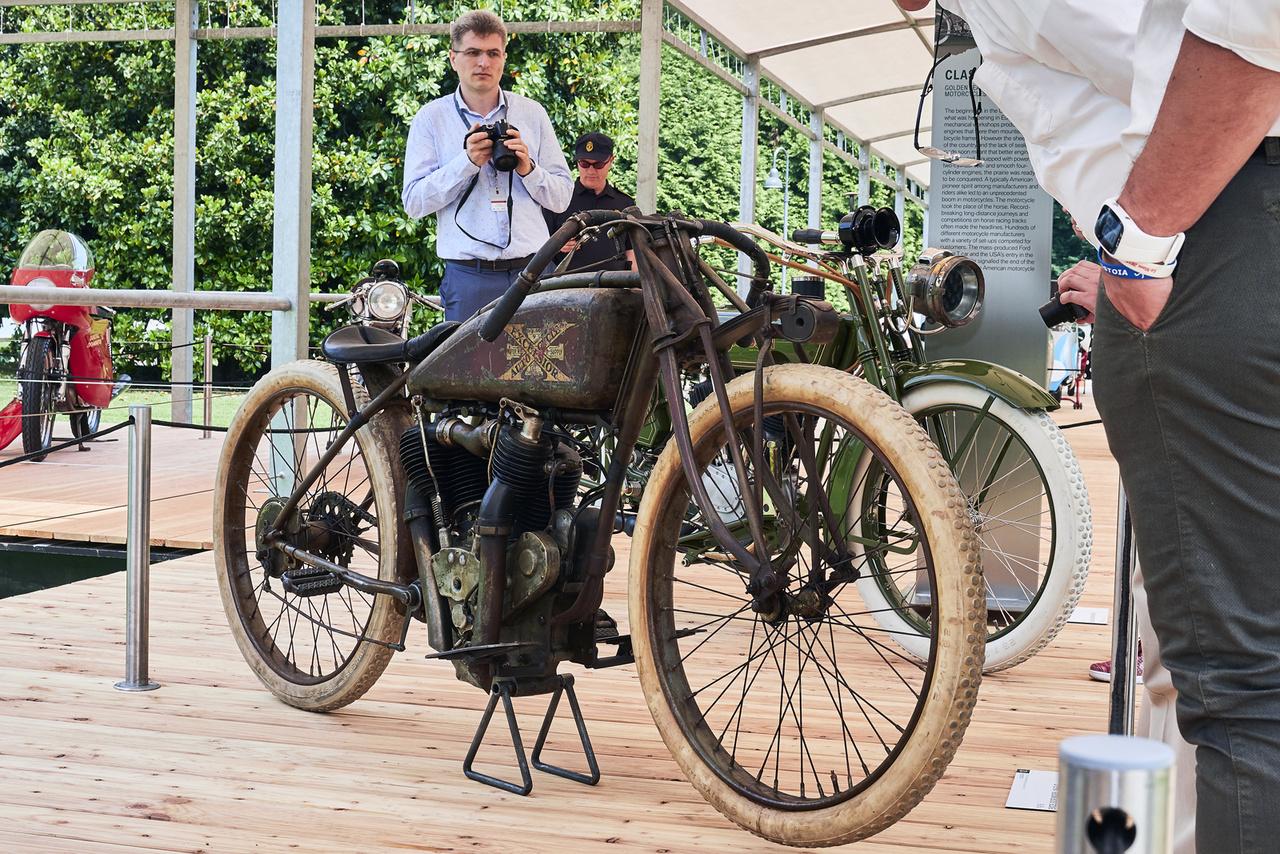 Excelsior Model 16-S.C (1916). Elnézve ezeket a régi járgányokat, kijelenthetjük, igencsak keményseggű legények ülték meg őket