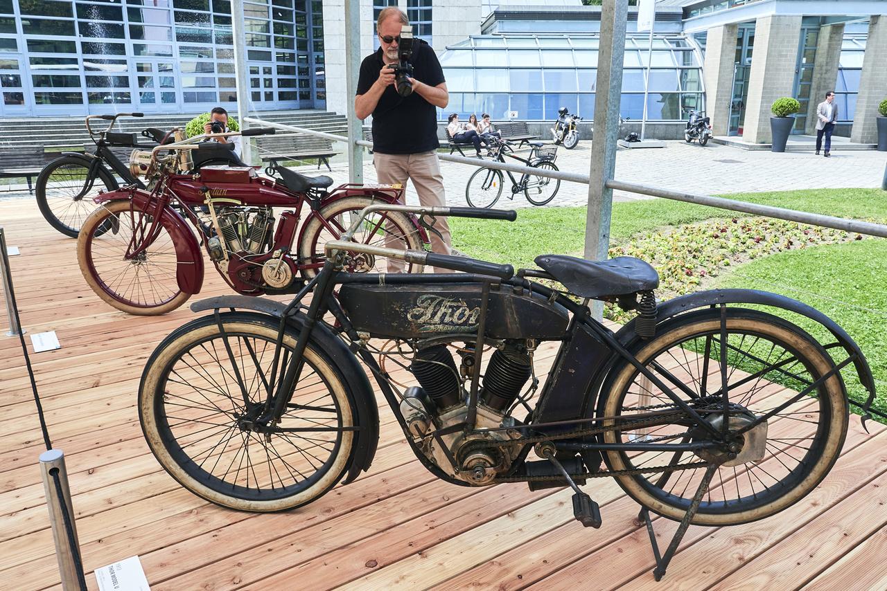 """Thor Model U (1913), mögötte Indian 7 HP Regular Model (1912), leghátul egy Indian Twin-Cylinder (1907). A kategória neve """"Az amerikai motorgyártás aranykora"""". Az elöl álló Thor nyert"""