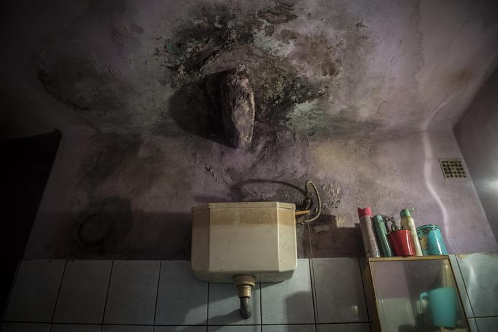 Durva beázás az egyik lakás fürdőszobájában, amit már az ott lakók nem javítanak, elvégre bontásra vár az épületre.