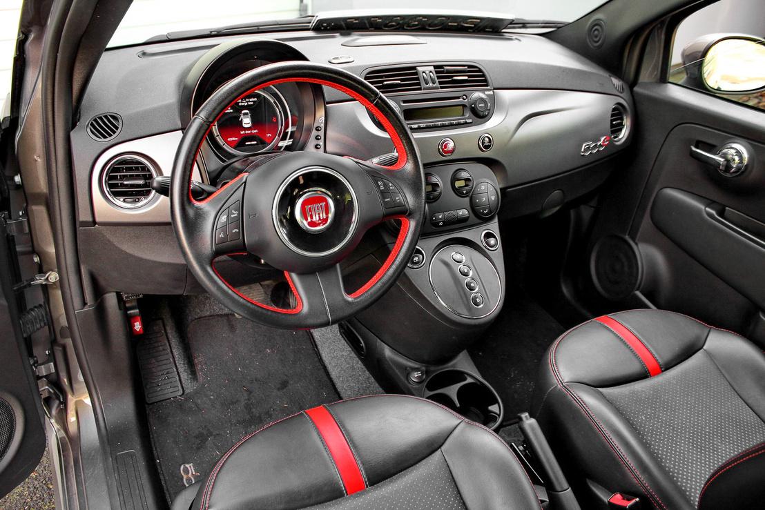 Jellegzetes Fiat 500 utastér, fekete-piros dizájnnal