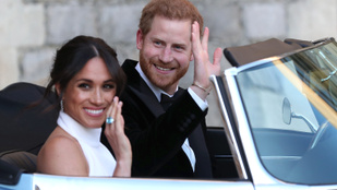 Erzsébet királynő menő és drága nászajándékot adott Harry hercegnek és Meghan hercegnének