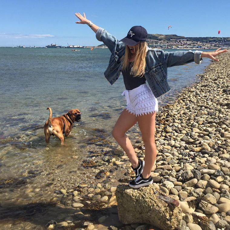 Olykor pedig boldogan hadonászik a tengerparton, rá sem hederítve arra, mire készül a kutyája