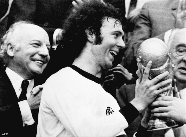 Franz Beckenbauer a kupával