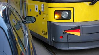 Villamossínre parkolt, kifizettették vele az utasok taxiszámláját
