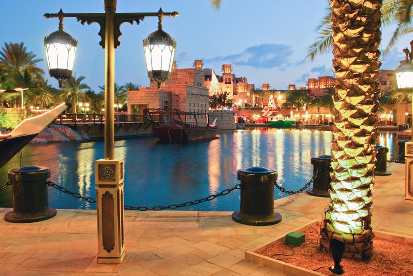 Dubajban elmaradhatatlan esemény a karácsonyi vásár. Madinat Jumeirah hagyományos arab soukja - azaz bazárja - megtelik több tízezer karácsony izzóval, feldíszített fenyőfákkal, körhintákkal és a finomságok bódító illatával.