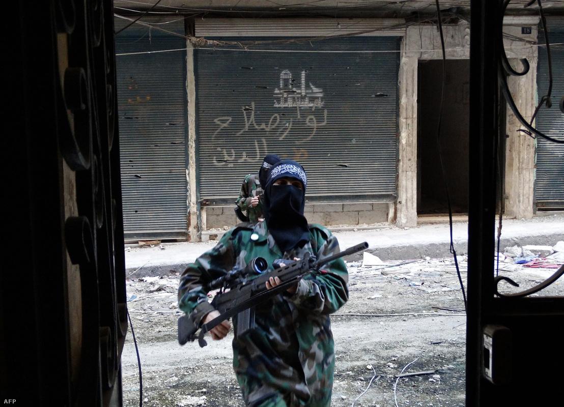 Női katonák a szíriai Aleppóban 2013 októberében