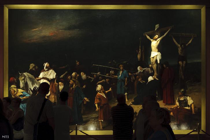 Érdeklődők Munkácsy Mihály Golgota című festménye előtt a debreceni Déri Múzeum Munkácsy-termében 2015. augusztus 28-án.