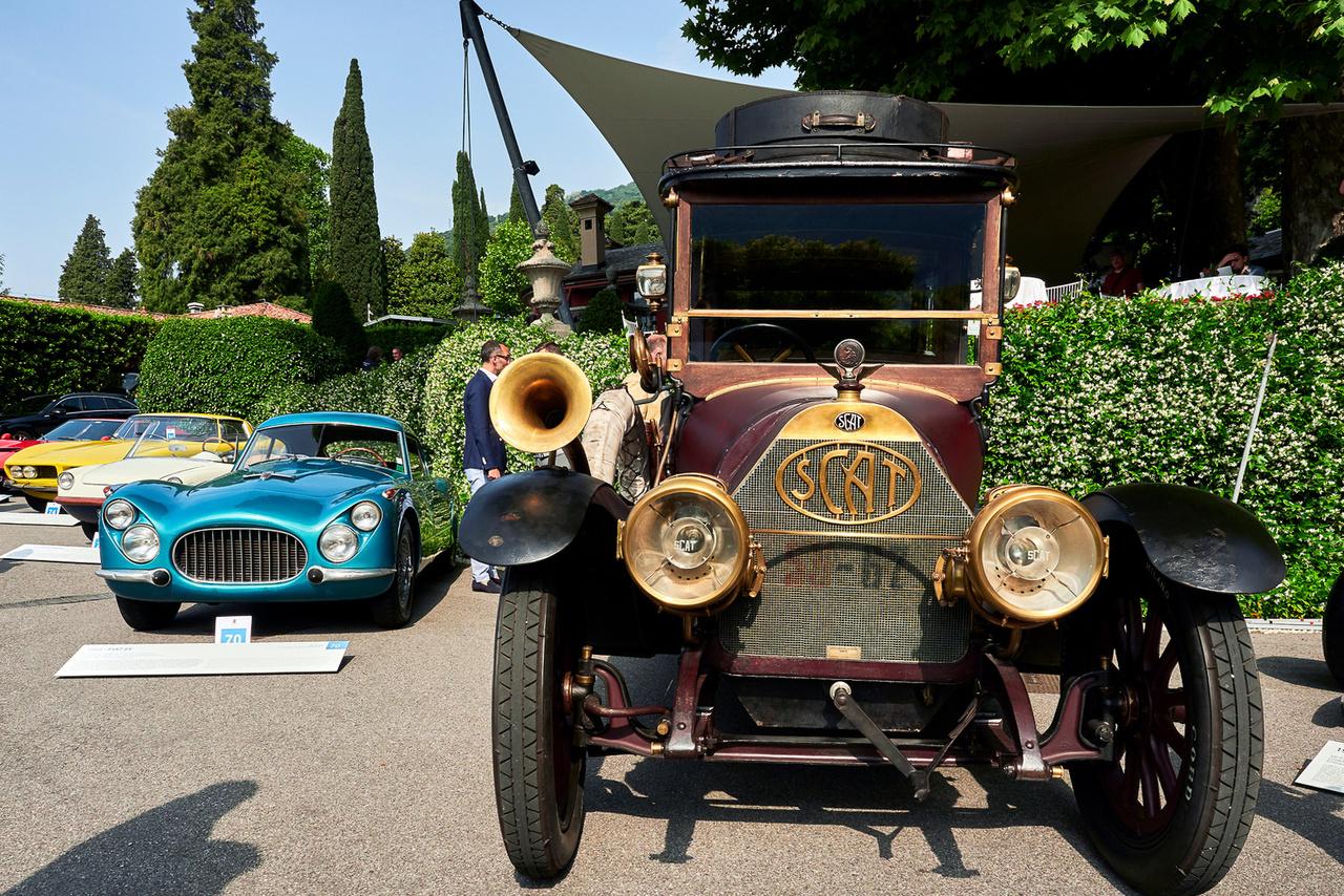 """SCAT 25/35 HP, 1913. Ki hallott már ilyet? A márkanév harmadik és negyedik betűje a Fiatra emlékeztet (Automobili Torino), az első kettő pedig """"Societá Ceirano""""-ból jön. A Ceirano család tíz különböző autómárka alapításában volt benne, tán az Itala a legismertebb közülük. Ez a SCAT négyhengeres, 4712 köbcentis, negyven lóerős és kurblizni sem feltétlen kell – sűrített levegővel is indul. A """"Nyolcvan évnyi autórégészet"""" kategória nyertese és a FIVA legjobb állapotban megőrzött kocsinak járó különdíjának birtokosa."""