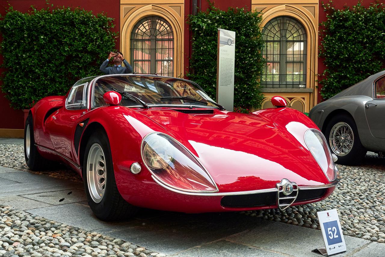 Alfa Romeo 33/2 Stradale, 1968. Vitán felül az egyik legszebb valaha készült Alfa Romeo. Valószínűleg nyolc épült ilyen, Franco Scaglione-féle karosszériával, de ugyanerre a műszaki alapra készült az Alfa Romeo Carabo, Cuneo és Navajo, a Pininfarina 33/2 Coupé Speciale és az Italdesign Iguana is. Korának legjobban gyorsuló utcai autója volt, az ára másfélszerese a Ferrari 275 GTB/4-nek. Az 1995 cm3-es, fantasztikus hangú V8-as motorral hajtott kocsi nyerte a legjobb állapotban fennmaradt háború utáni autó díját és mindkét helyszínen a közönségszavazatot is.