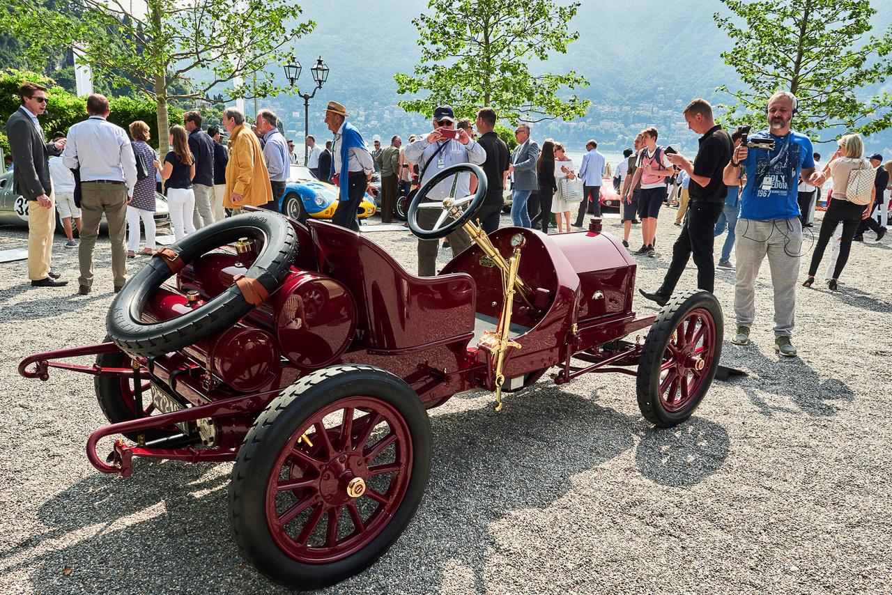 Isotta Fraschini FENC, 1909. Ez egy kőkemény versenyautó utcai változata. Négy henger, felül fekvő vezérműtengely, 1327 köbcenti, 17 lóerő. A milánói céget inkább luxusautóiról ismerjük, de ez pöttöm gép időben megelőzte a Bugattit, már ami a nagyon könnyű, de nagy teljesítményű versenygépek kifejlesztését illeti. Csaknem száz darab készült belőle.