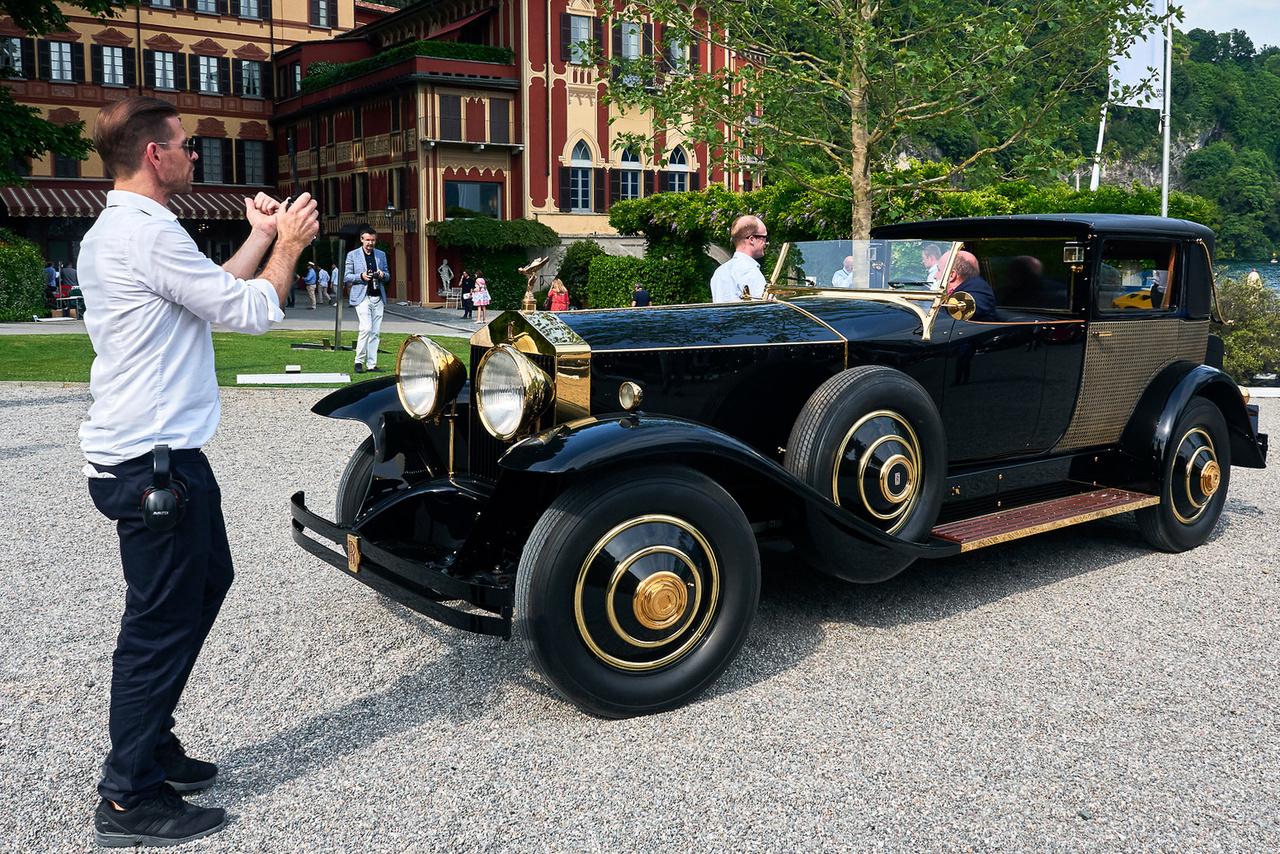 Rolls-Royce Phantom, 1929. Teljes nevén Rolls-Royce Phantom Brougham de Ville Riviera Town Car. Hat henger, 7668 cm3. Tíz hasonló monstrum épült, csak ez az egy kapott aranyozott bevonatot a fényes felületekre – háromszor annyiba került, mint a V16-os Cadillac. Nelson Rockefeller egykori kocsijával nem egyszerű manőverezni, kábé három milliméterrel sikerült elkerülni a már leparkolt Alfa 33-at.