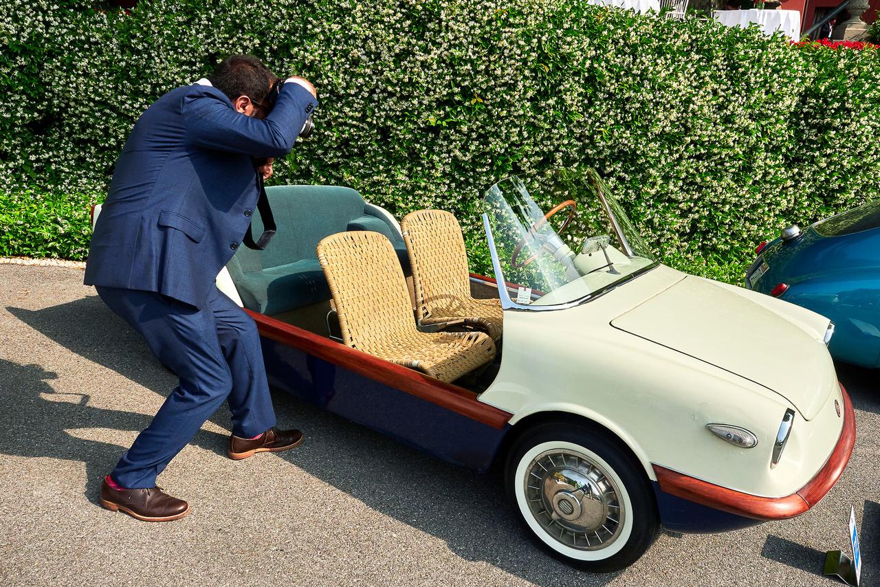 Fiat 500 Spiaggia, 1958. Két henger, 479 köbcenti, 13 lóerő. De mégis jól megfér a 350 lóerős Iso Grifo mellett – ez sokkal ritkább. Csak két ilyen kocsit készített Mario Felice Boano, miután megalkotta a Ferrari 250 GT-t. Három évig volt szabadúszó tervező, aztán elfoglalta a Fiat fődizájneri székét. A két tulajdonos: Aristoteles Onassis és Giovanni Agnelli. Utóbbié volt ez a részben alumíniumból, rattanból és fából készült kocsi, amelyet sosem restauráltak, eredeti állapotú.