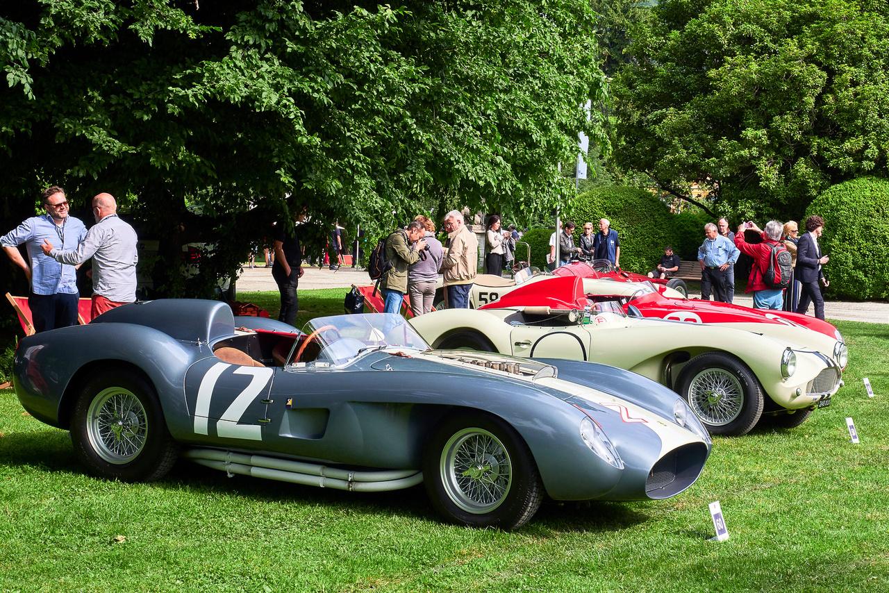 Ferrari 335 Sport, 1958. És tataaaam, kedves hölgyeim és uraim, a győztes! A Trofeo BMW Group, azaz a zsűri Best of Show díját a Ferrari 335 kapja! A műsort vezető Simon Kidston elmondta, hogy idén mennyire nehéz dolga volt a bíráknak. Ez a gép első pillantásra olyan, mint a Testa Rossa, de nem az. Csak négy ilyen készült, 4023 köbcentis V12-es motorral, a TR-től eltérően dupla gyújtással és kettő helyett négy vezérműtengellyel, 390, majd 430 lóerős teljesítménnyel. Három példány ma is létezik, a negyedik megsemmisült a klasszikus Mille Miglia végét jelentő balesetben, amelyben meghalt Portago gróf és tizenegy másik ember.