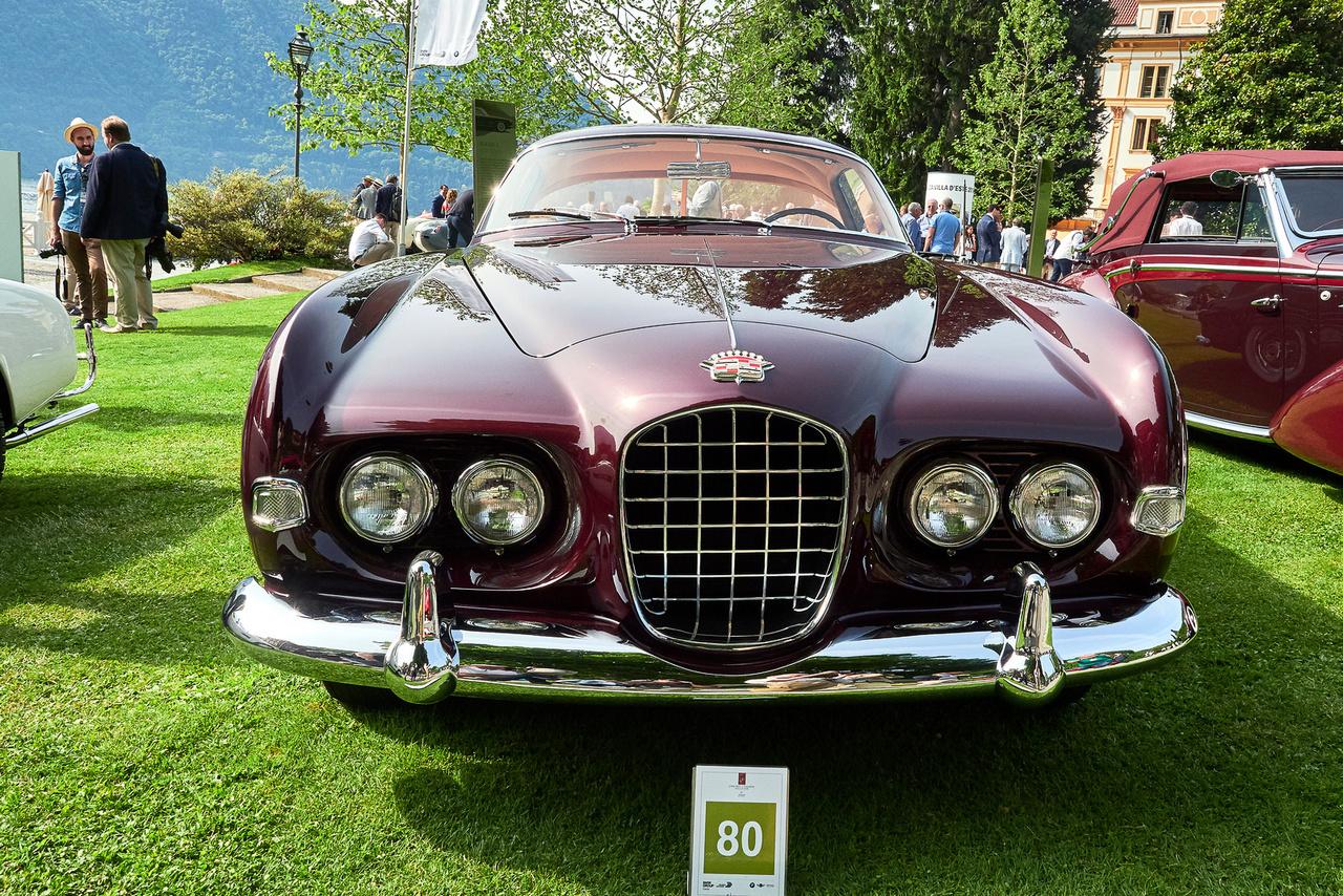Cadillac Series 62, 1953. Ezt az autót a filmsztár Rita Hayworth kapta (egyik) exférjétől, Aly Khan-tól, engesztelésképp. A mindössze két példányban készült, a Ghia stúdióban tervezett kocsi az elsők között viselt dupla fényszórót. Az autókat általában magánszemélyek indítják a megmérettetésen, de ez a Cadillac a Petersen Automotive Museumból érkezett.